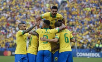 Seleção comemora o terceiro gol, marcado por Everton. VICTOR R. CAIVANO AP