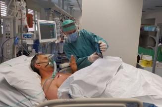 Paciente com coronavírus conversando com sua família por videochamada em um hospital em Brescia, Norte da Itália. Foto: Spedali Civili di Brescia/NYT
