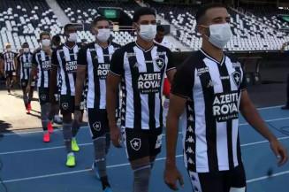 Equipe do Botafogo entra em campo, de máscara, em 15 de março: plano para liberar jogos sem torcida (foto: Vitor Silva/Botafogo - 15/3/20)