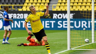 Haaland celebra o primeiro gol da Bundesliga em sua retomada (Foto: Reuters)