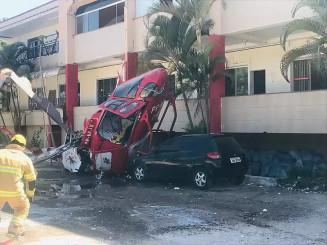 O helicóptero caiu próximo a uma faculdade (foto: Redes Sociais)
