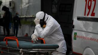 Profissional do Samu aguarda atendimento com paciente com covid-19 dentro da Ambulância na frente do Hospital e Pronto Socorro 28 de Agosto, em Manaus (AM) Imagem: EDMAR BARROS/ESTADÃO CONTEÚDO