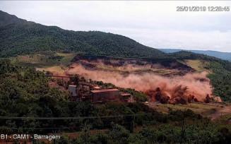 Imagem do momento em que a barragem B1, da Vale, se rompeu em Brumadinho — Foto: Reprodução/TV Globo