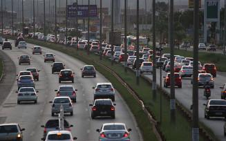 Carros trafegando na Estrada Parque Ceilândia em horário de trânsito intenso — Foto: Toninho Tavares/Agência Brasília
