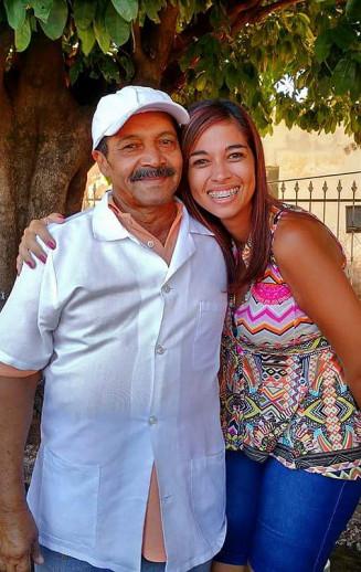 Confeiteira ao lado do pai, que faleceu por conta da Covid — Foto: Tatiane Areco/Arquivo Pessoal